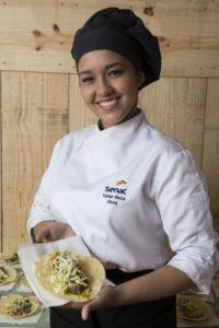 Tainan Matos é uma das alunas do curso de Cozinheiro do Senac.